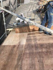 新しい屋根の下地となるコンパネを張ります