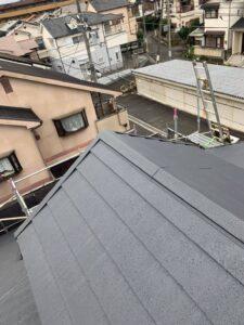 堺市にてスレート屋根のカバー工法 「超高耐久 横暖ルーフα S」施工後