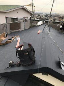 大屋根に新しい屋根材を葺きます