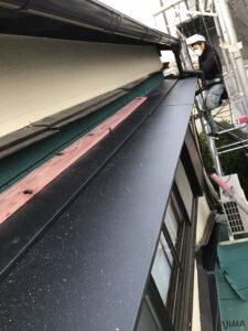 下屋根と庇部分にも新しい屋根材を葺いていきます