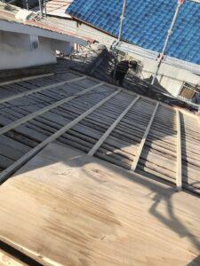 角材で屋根全体を嵩上げし、通気層を確保