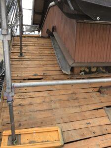 足場を設置した上で既存の瓦を撤去