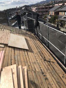 新たに屋根の下地となる合板を張っていきます