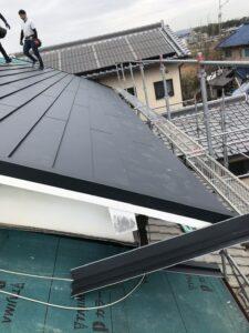 ルーフィングの上から新たな屋根材を葺いていきます