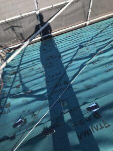 大屋根にルーフィングを張っていきます