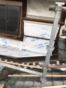 外壁下地として防風・防水・透湿シートを張っていきます