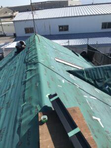 既存屋根の上にルーフィングを施工していきます