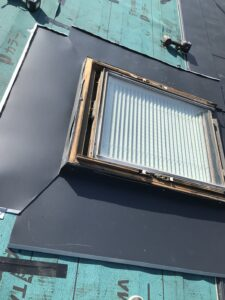 天窓の周りを雨漏り防止のためガルバリウム鋼板で際部分を施工