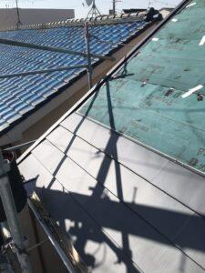 屋根本体として新しい屋根材を葺いていきます