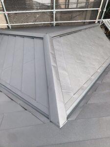 大屋根棟板金取り付け完了
